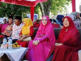 Lisda Hendrajoni bersama tokoh masyarakat lainnya.