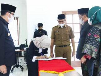 Penandatanganan berita acara pelantikan disaksikan Walikota Sawahlunto, Deri Asta.