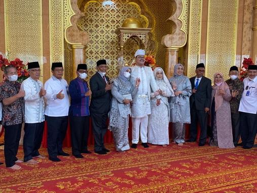 Pengantin bersama keluarga dan Dirut Bank Nagari M. Irsyad,