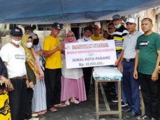 Penyerahan bantuan IKWAL Kota Padang.