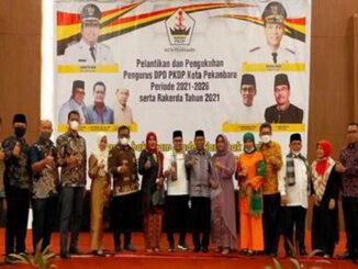 Wabup Rahmang dan sejumlah pimpinan OPD berfoto bersama pengurus DPD PKDPKota Pekanbaru Periode 20021-2026.