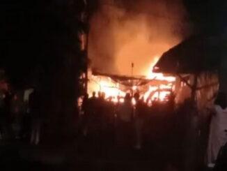 Rumah yang terbakar di Lubuk Sikaping.