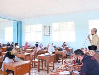 Walikota Payakumbuh beri pemahaman kepada orang tua murid bahwa vaksin itu aman di dua lokasi berbeda, yaitu SMK Negeri 2 Payakumbuh dan SMK Negeri 4 Payakumbuh