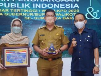 Sekdako, Walikota dan Sekretaris BPKAD Kota Sawahlunto saat menerima piagam dari Kepala Kanwil Ditjen Perbandaharaan Sumbar.