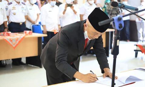 Mawardi Roska menandatangani fakta integritas sebagai sekda kabupaten Pesisir Selatan.