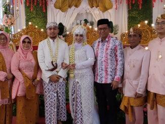 Usai jadi saksi nikah, kedua keluarga menpelai foto bersama dengan Erwin Yunaz.