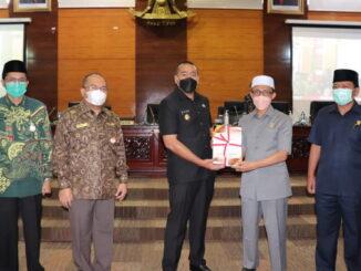 Wakil Gubernur Sumbar Audy Joinaldy menyerahkan nota Pengatar APBD 2022 kepada Wakil Ketua DPRD Sumbar Irsyad safar