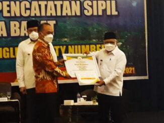 Wakil Walikota Sawahlunto menerima penghargaan.