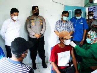 Walikota Sawahlunto dan Kapolres Sawahlunto saat menyaksikan pelaksanaan vaksinasi.