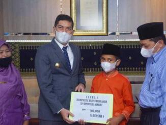 Walikota Sawahlunto foto bersama dengan Adli Juanda dan Kepala Kemenag.