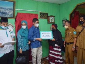 Walikota Sawahlunto menyerahkan bantuan kepada Ibu Jubaidah.
