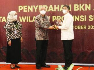 Walikota Sawahlunto saat menerima BKN Award 2021.