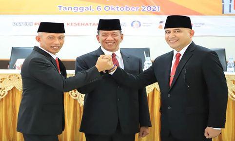 Foto bersama Bupati Pesisir Selatan, Rusma Yul Anwar (tengah), Sekda Mawardi roska (kiri) dan Pj Sekda Kabupaten Pesisir Selatan, Luhur Budianda (kanan).