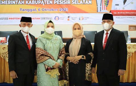 Foto bersama Sekda Mawardi Roska dan istri bersama Pj Sekda Luhur Budianda dan Istri Usai pelantikan sekda baru Kabupaten Pesisir Selatan.
