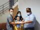 Bupati Padang Pariaman Suhatri Bur menyerahkan bantuan dana kepada orang tua Ayu Hartini (ibu Akhtar Qabeel Alfarezi) sebesar enam juta rupiah.