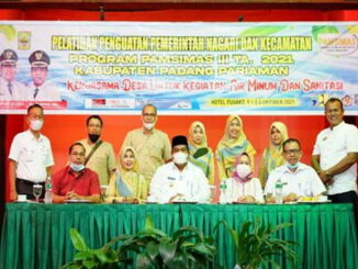 Bupati Padang Pariaman Suhatri Bur berfoto bersama panitia penyelenggara dan nara sumber Pelatihan Penguatan Pemerintah Desa.