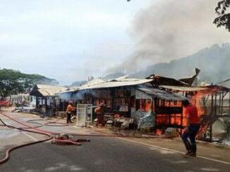 Kedai kayu di samping Istano Basa Pagaruyung, di Kecamatan Tanjung Emas, Tanah Datar terbakar.